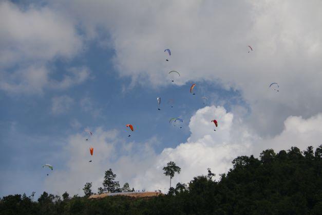 Paralayang Warna-Warni Hiasi Langit Papua Hari ini