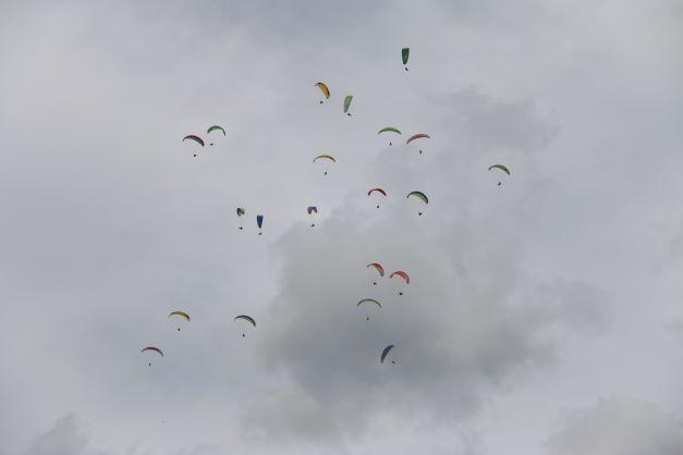 Paralayang Indonesia Berhasil Catatkan Rekor MURI di PON Papua 2021